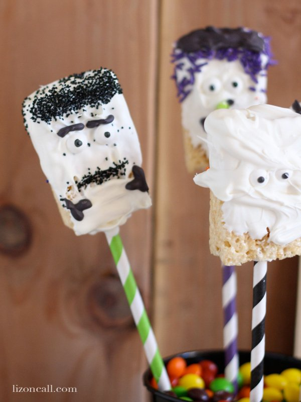 Make these fun halloween rice krispy treats for neighbors, teachers & friends this year.  They are so easy to make, the kids could help! #halloween #kidcraft #ricekrispy - lizoncall.com