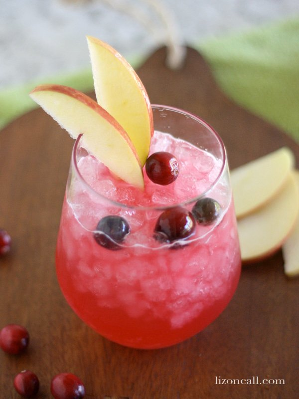 Cranberry Apple Fizz a refreshing, non- alcoholic party drink! #mocktail - lizoncall.com