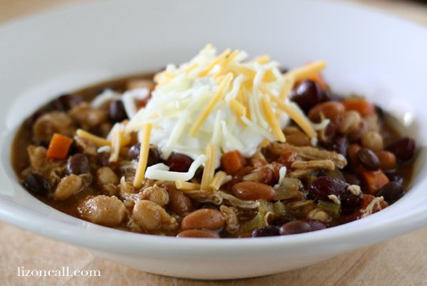 Slow cooker chicken chili is so easy #chicken #chili #slowcooker - lizoncall.com
