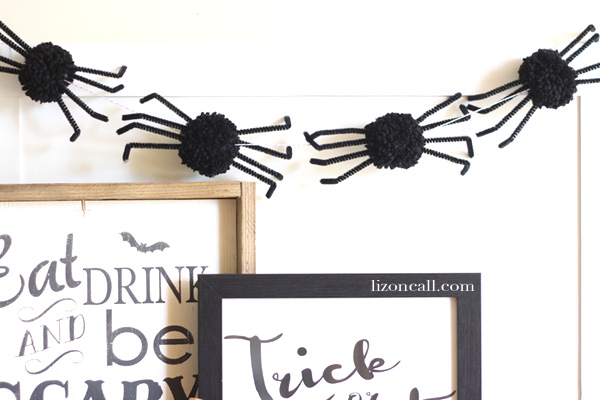 Pom pom spider garland tutorial. Such a fun decoration for Halloween @lizoncall.com