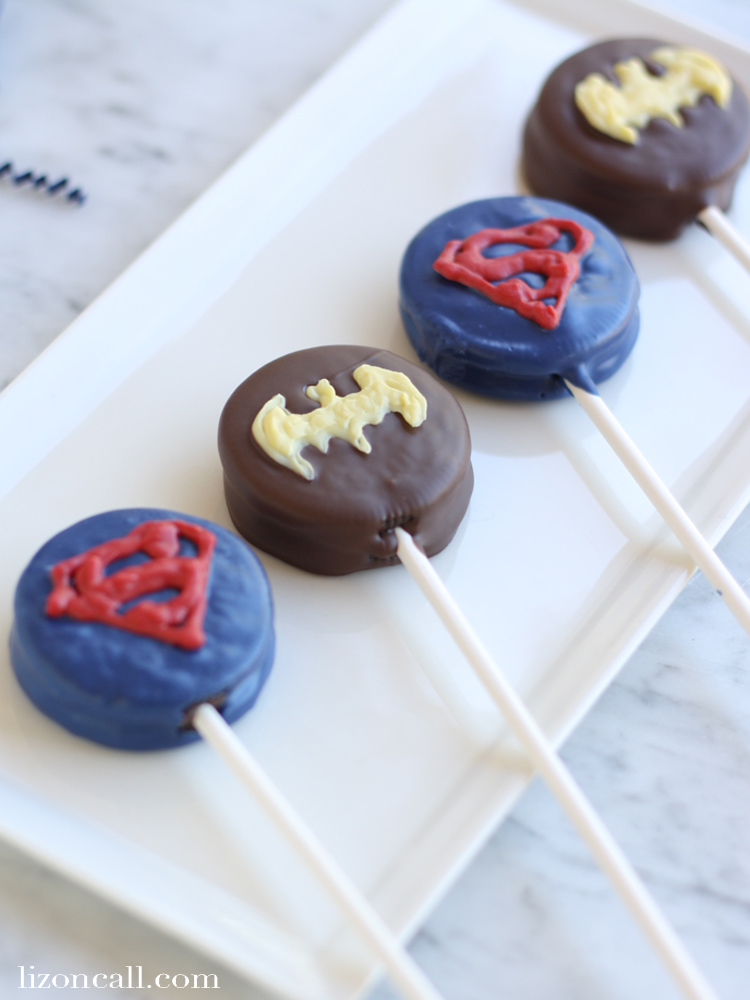 Super hero fans of all ages will love these Batman vs. Superman oreo pops @lizoncall.com