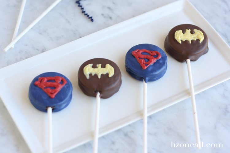 Super hero fans of all ages will love these Superman vs. Batman oreo pops @lizoncall.com