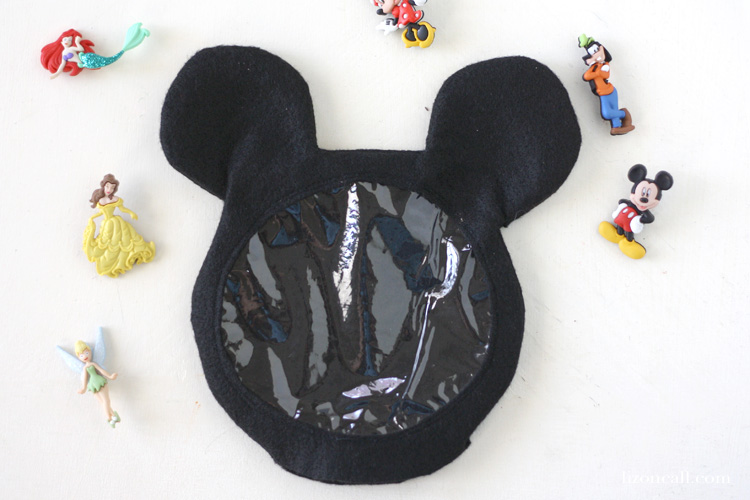 These Mickey and Minnie Disney eye spy bags are so fun for your little Disney fans. They are great for road trips and waiting in those lines at the parks.