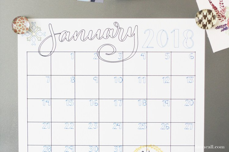 Keep yourself and your family organized this year and create a DIY wall calendar with all the important things. #wallcalendar #organization #cricut